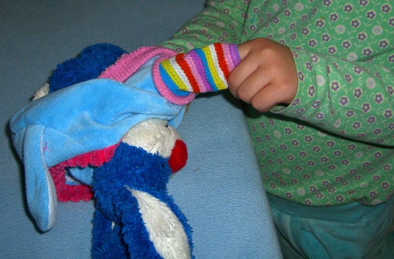 Obliekanie bábik, montessori obliekacie rámy, montessori zapínacie rámy, montessori prestieranie, montessori aktivity praktického života