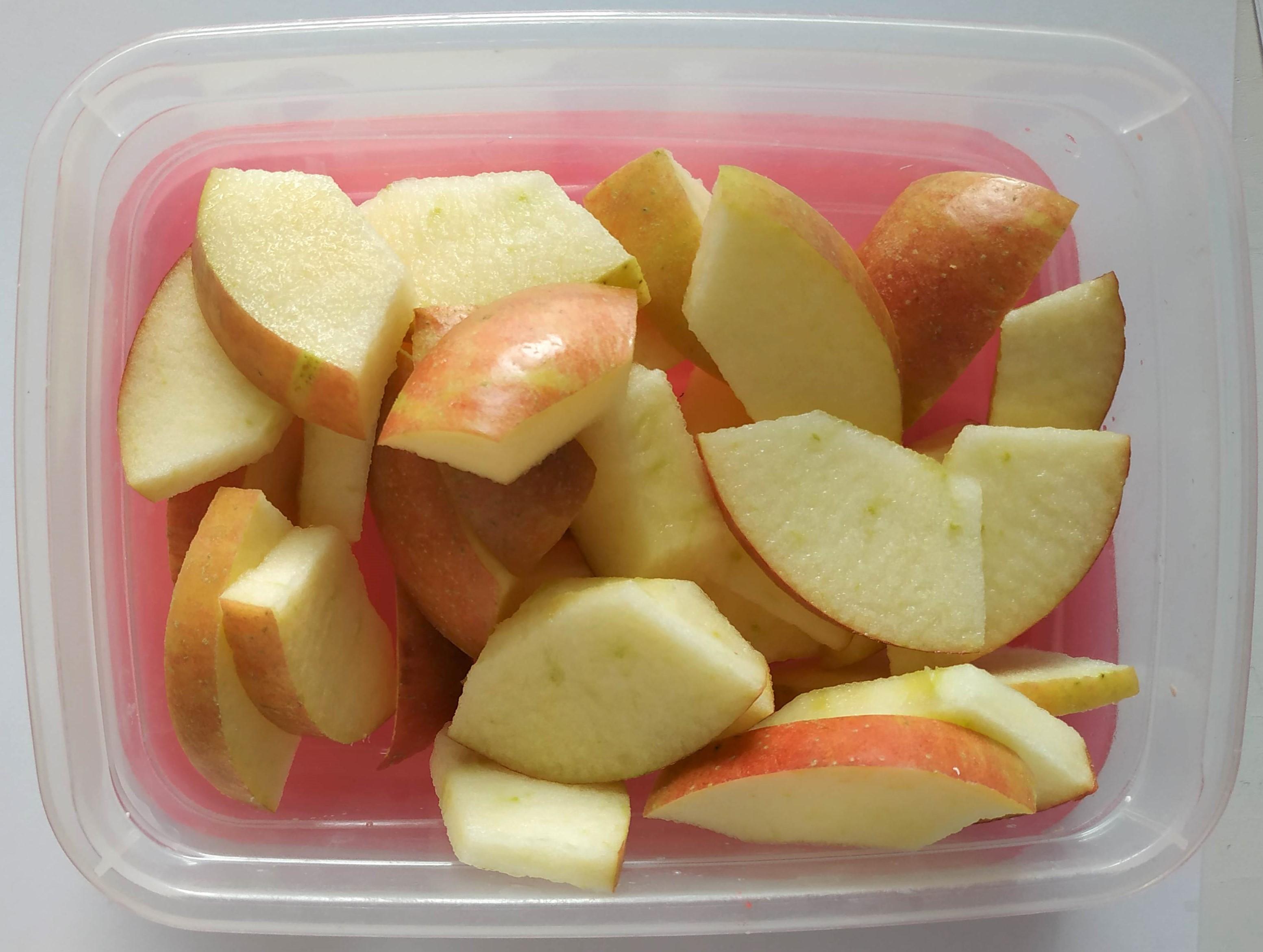 Čo na desiatu do školy? Klasika – šunkový rožok so syrom a jablko